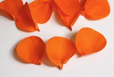 1. Сначала нужно из листа гофрированной бумаги вырезать 12 кружочков - они могут быть любого размера, в зависимости от размера цветка, который вы желаете сделать.