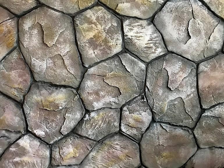 При создании эффекта дикого камня слой штукатурки может быть до 1 см