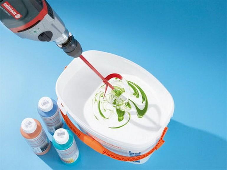 Для плинтуса подходит водоэмульсионная краска с добавлением колера