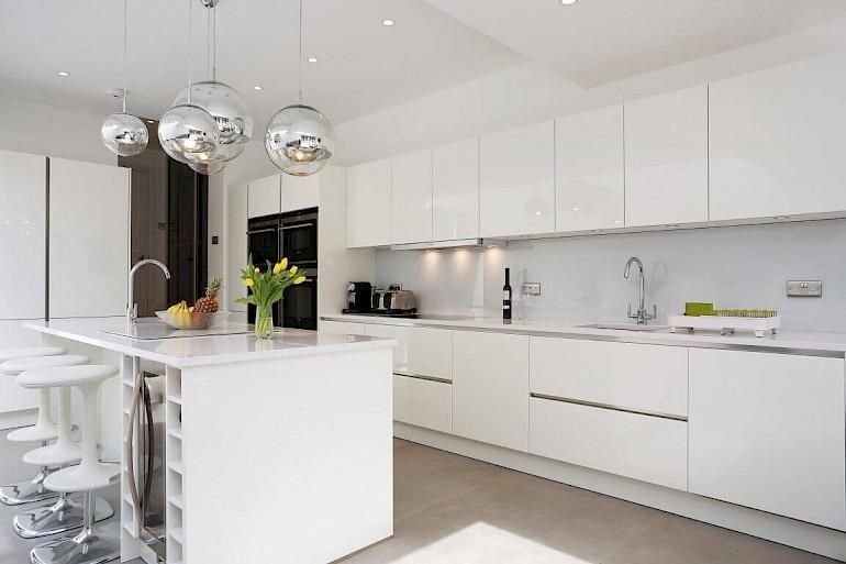 При правильном подходе в современном стиле, кухня получится практичной, удобной в эксплуатации и уходе