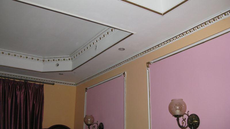 стены с молдингами в гостиной
