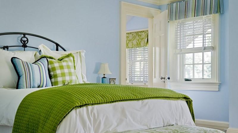 небесно-голубые обои в маленькой спальне