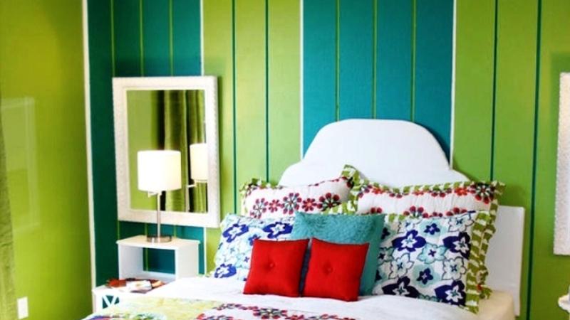 сине-зеленые обои в спальне