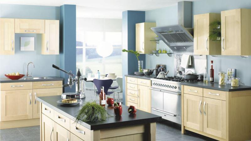 синие обои в кухне