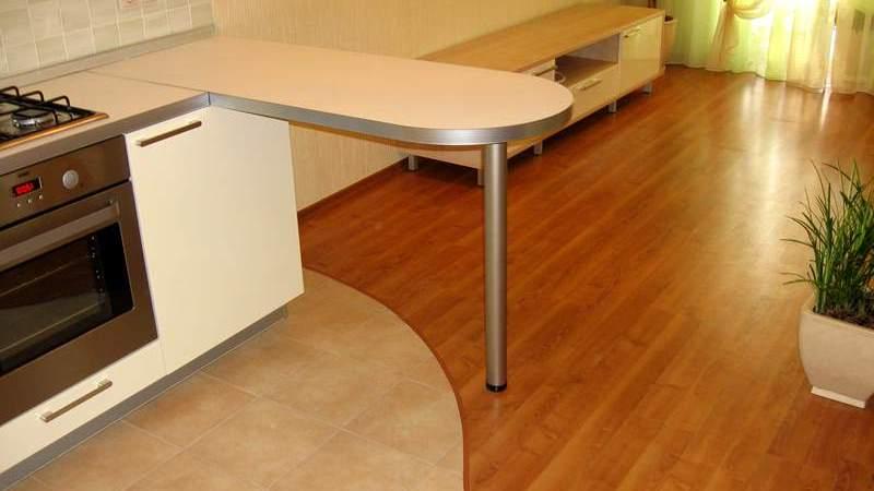 фото пола на кухне: плитка и ламинат