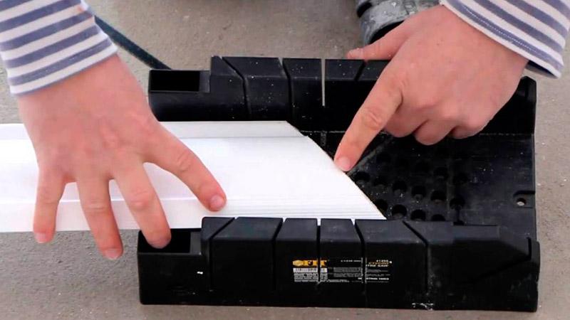 как вырезать углы на потолочных плинтусах