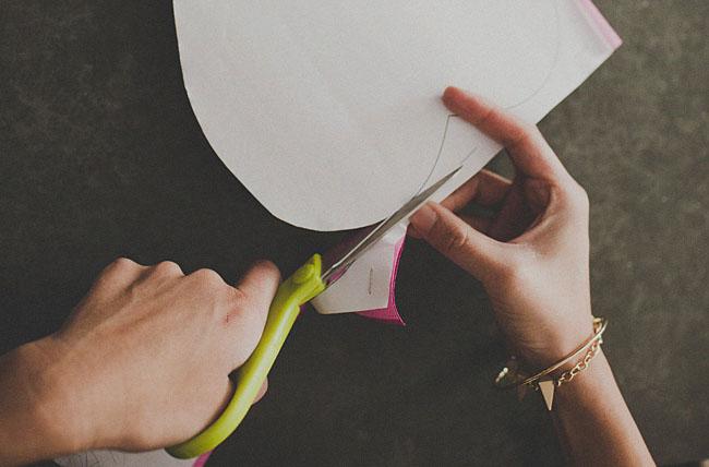 вырезайте все нарисованные лепестки