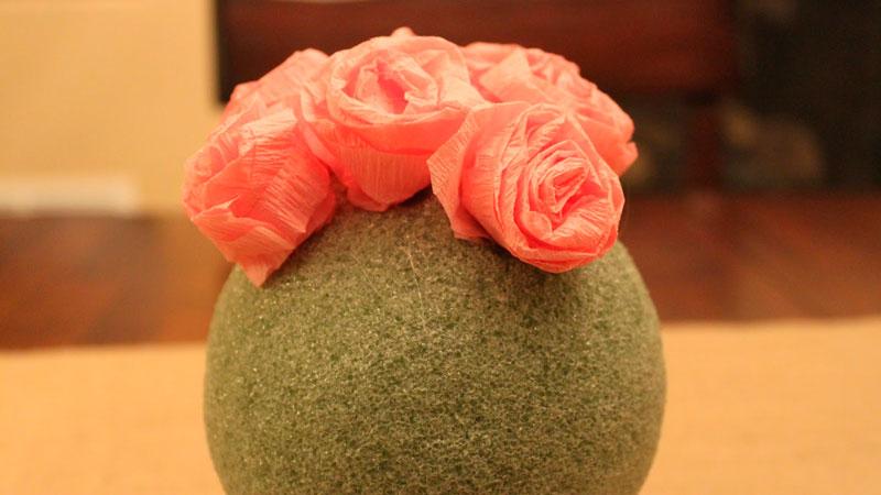 обклеиваем шар розами