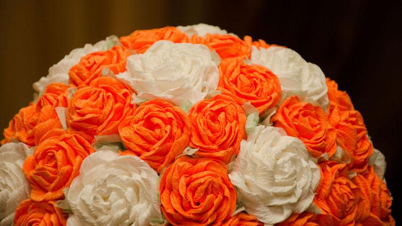 топиарий с розами из гофрированной бумаги